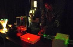 光ファイバーのしくみを説明する「光を曲げてみよう!~光の屈折と全反射~」のようす