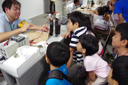 「実験ショー燃料電池のおはなし」で、備長炭を使って燃料電池をつくる演示実験の様子