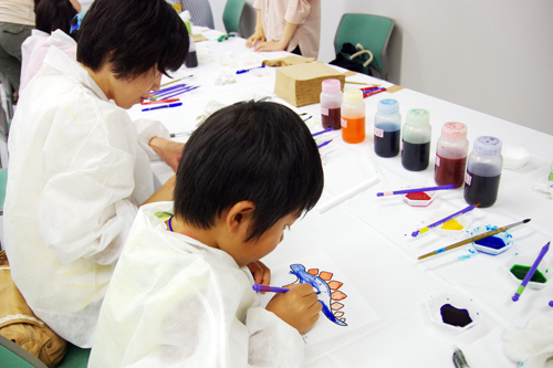 「カラフル粘土で絵を描こう」で、産総研が開発した「粘土膜」を塗り絵で体験する子どもたち