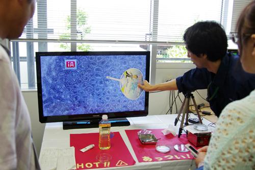 味噌汁のうずの再現実験を観察する参加者。 ハチの巣模様のうずの正体は、味噌汁の上部が冷やされることで密度が増し、 下部に沈むことから起こる対流であることが、実験やシミュレーションで示された