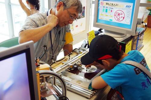 専門知識なしに誰でも簡単に機械加工を体験できる印鑑製造システム「はんこ名人」が、子どもたちの人気を集めた