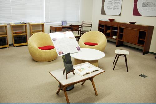 同センターの前身にあたる工藝指導所の試作品展示の様子。工藝指導所出身で、世界を代表するインテリアデザイナー・剣持勇の家具などが展示された