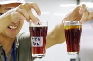 【写真3】砂糖入りと砂糖なしのコーヒー、氷の溶け方はどうなる?