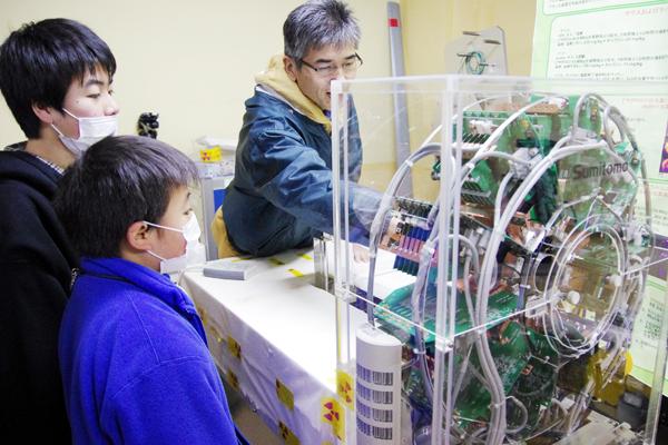 小動物用PET(PET:positron emission tomography/陽電子検出を利用したコンピューター断層撮影技術)の見学