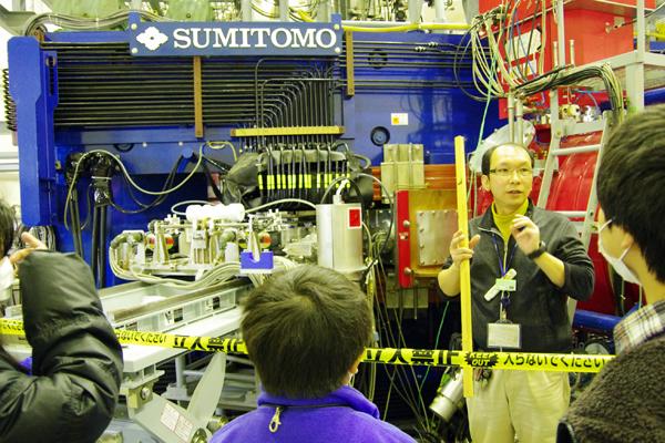 陽子や粒子などのイオンを高エネルギーに加速するための装置「サイクロトロン」。高速に加速されたイオンを他の物質に照射することによって、自然界には存在しない放射性同位体(ラジオアイソトープ)を人工的に作ることができる。同センターでは、こうして作られた放射性同位体から放出される放射線を利用して、様々な研究を進めている。