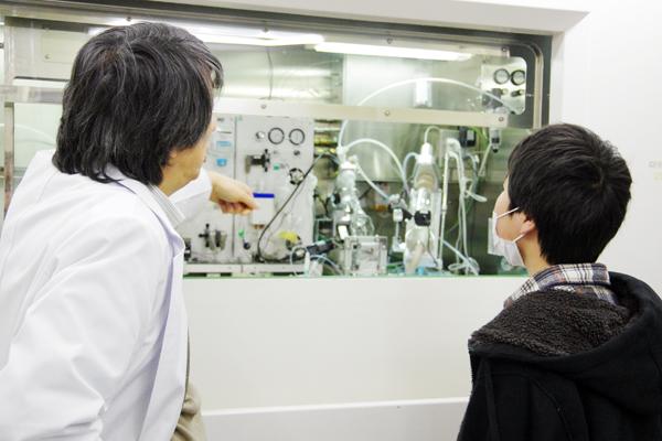 PET診断用放射性薬剤自動合成装置の見学