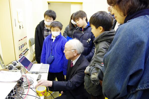 織原彦之丞東北大学名誉教授による実習「放射線を測ってみよう」