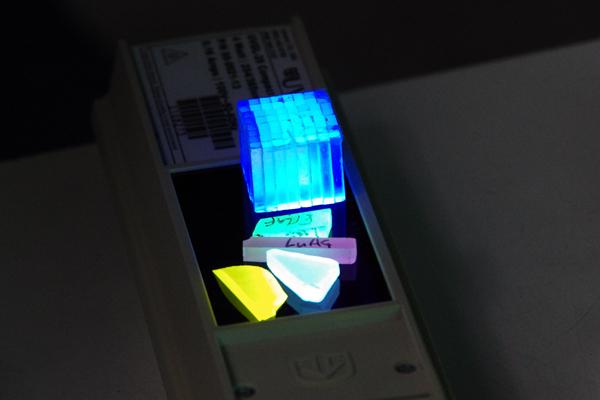 紫外線照射により発光するシンチレータとなる結晶。