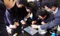 電子顕微鏡で見える世界、実感して/東栄科学産業と日本電子が仙台二華で出前授業