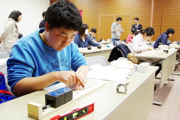 実験装置の組み立てから測定・解析まで、試行錯誤しながら物理実験にチャレンジする参加者たち。