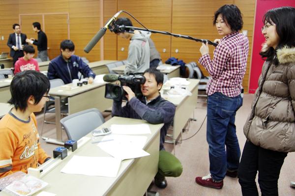 NHKによる取材のようす。取材結果は、当日のニュースでTV放送された。