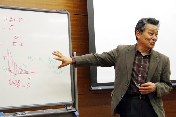 物理オリンピック日本委員会の近藤泰洋先生(物理チャレンジ担当理事)による実験の解説。