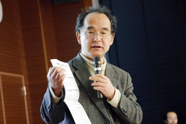 物理オリンピック日本委員会の長谷川修司先生(副理事長)による「第1チャレンジ」の説明。第1チャレンジ突破のコツは、実験レポートにあるという。良い実験レポートの書き方が、例も交えながら、詳しく説明された。