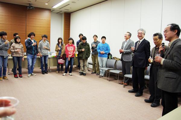 物理オリンピック日本委員会・副理事長の長谷川修司先生(東京大学教授)による乾杯の挨拶。