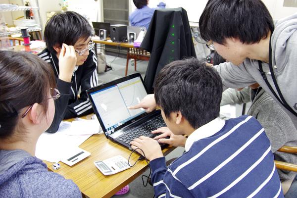 物理学の理論を習得した後、取得したデータと照らし合わせながら、実験結果の解析を行う受講生たち。