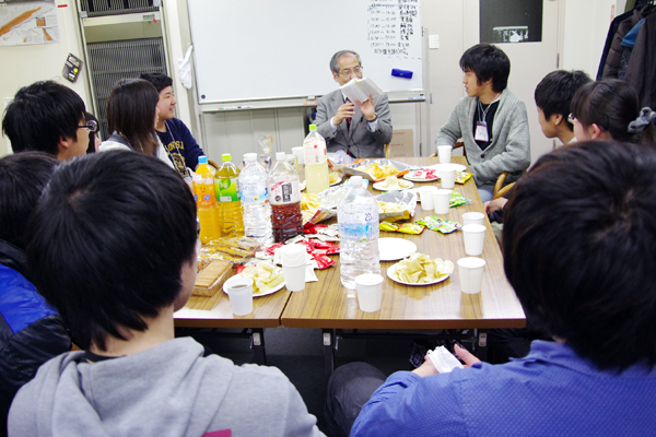 文学者の土佐誠さん(仙台市天文台台長)をゲストに迎えた「物理を語ろうの会」の様子。