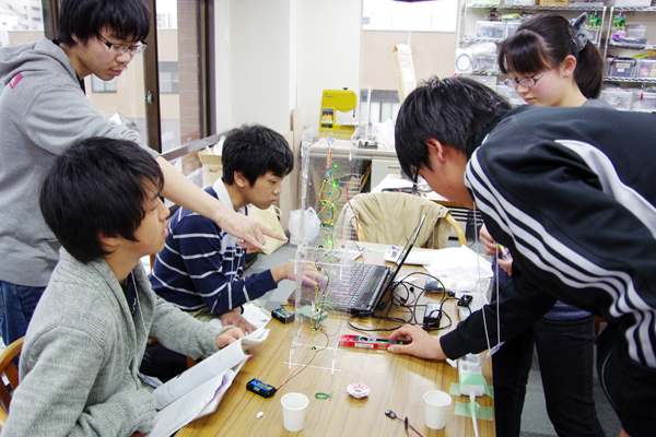 自由落下運動を計測する光センサーの距離特性や電磁石の特性を考慮した筐体設計の必要性を学んだ後、筐体を作成し、実際に自由落下運動の測定を行った。
