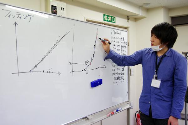 物体の運動を記述するための手法である物理学の理論をレクチャーするシェフ