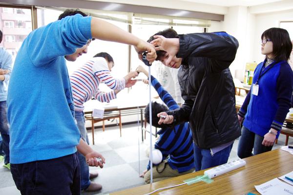自由落下運動の実験系構築の必然性を体感してもらうための授業導入の様子。