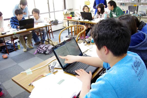 実験系制御と取得データの解析を行うために必要な、プログラミング言語(JavaScript)や二次元グラフの描画方法(jqPlot)、マイコンによる実験系の制御方法(Arduino)を習得する受講生たち。