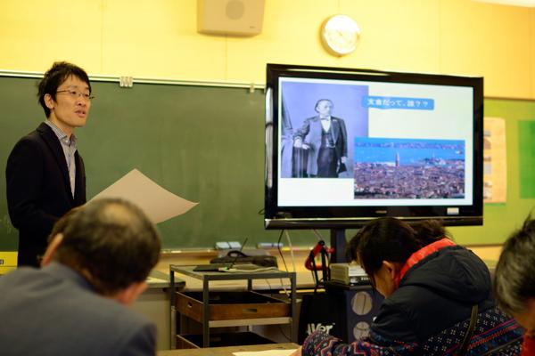 【写真3】近代史がご専門の加藤さんが、日本近代史の中で支倉常長の歴史イメージが、それぞれの時代でどのようにつくられ、そのキャラクター像がどのように変化したかを、様々なトピックスをあげながら、わかりやすく解説した。