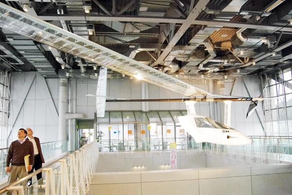 人力飛行機の主翼の長さは約32メートルにもなる