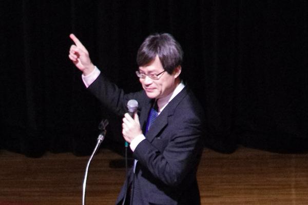 【写真2】天野浩さん(名古屋大学教授)による講演「明るく省エネ効果抜群の白色LED光源を可能にした高効率な青色LED プラス 10月7日から12月16日までに起きたことなど」のようす