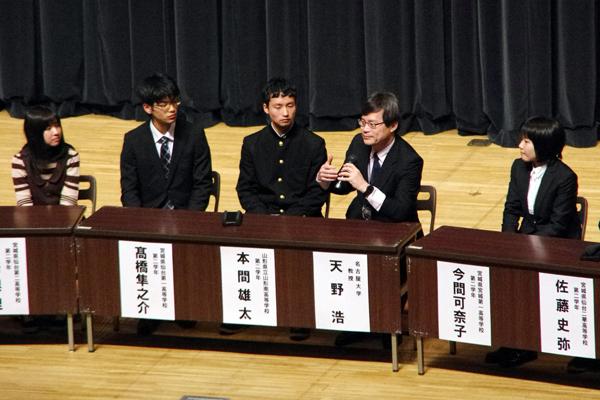 【写真3】天野浩さんと高校生10名とのトークセッションのようす