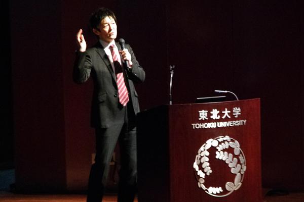 【写真1】秩父重英さん(東北大学多元物質科学研究所教授)によるイントロダクション「光を放つ半導体」