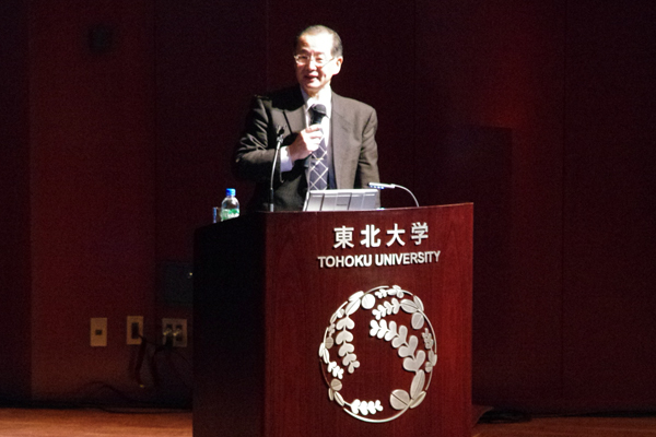 【写真2】中沢正隆さん(東北大学電気通信研究機構長、電気通信研究所教授)による講演 「光通信技術はどこまで進化するのか」