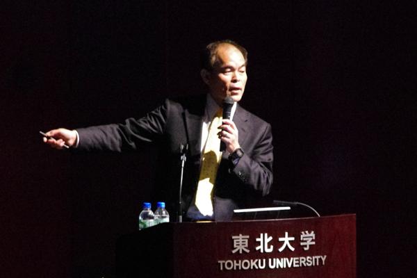 【写真3】中村修二さん(カリフォルニア大学サンタバーバラ校教授による特別講演 「窒化インジウムガリウム青色LEDと紫色半導体レーザー」