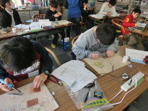 【写真1】個々に自分の課題を設定して学ぶ物理クエストのスタイル