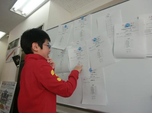【写真3】クエストを選んでいる受講生