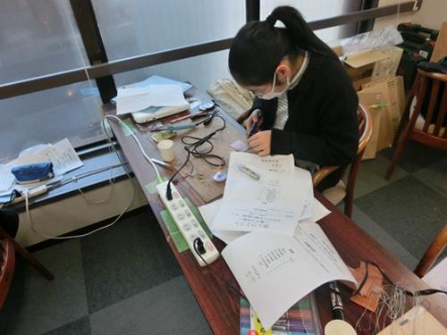 【写真4】電子工作に取り組む受講生