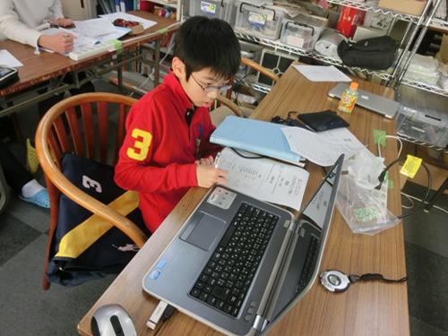 【写真5】プログラミングに取り組む受講生