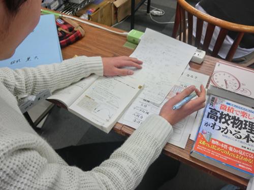【写真6】物理学(座学)に取り組む受講生