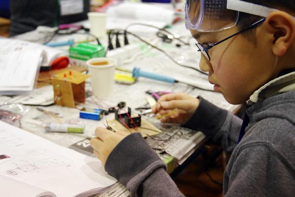 【写真4】2日目は、1日目に習得した技術を基に、デジタル温度計を作製