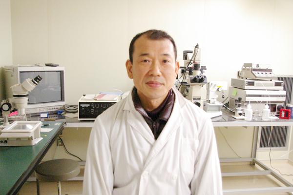 図 1 宮城県畜産試験の及川俊徳さん(酪農牛肉部 バイオテクノロジー研究チーム チームリーダー)