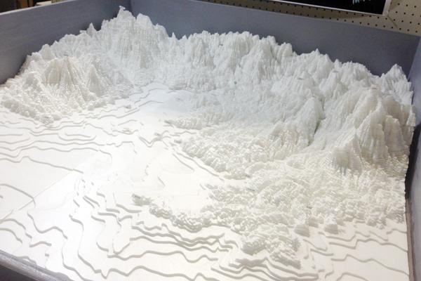 【図3】有志によって作成された南三陸町のジオラマの展示。南三陸町の地形的特徴がイメージできる