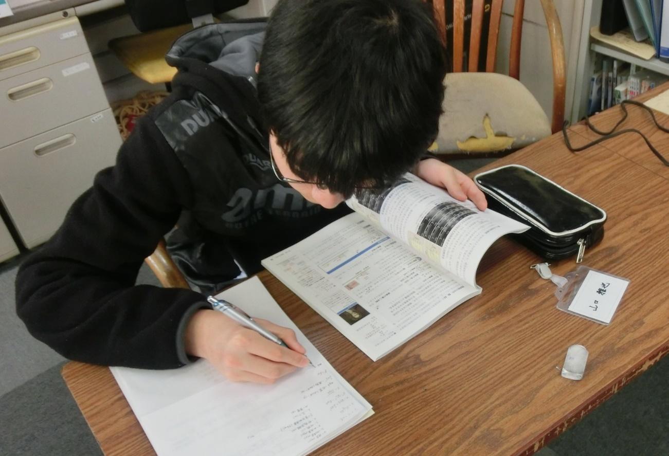 【写真6】物理学に取り組む中学生