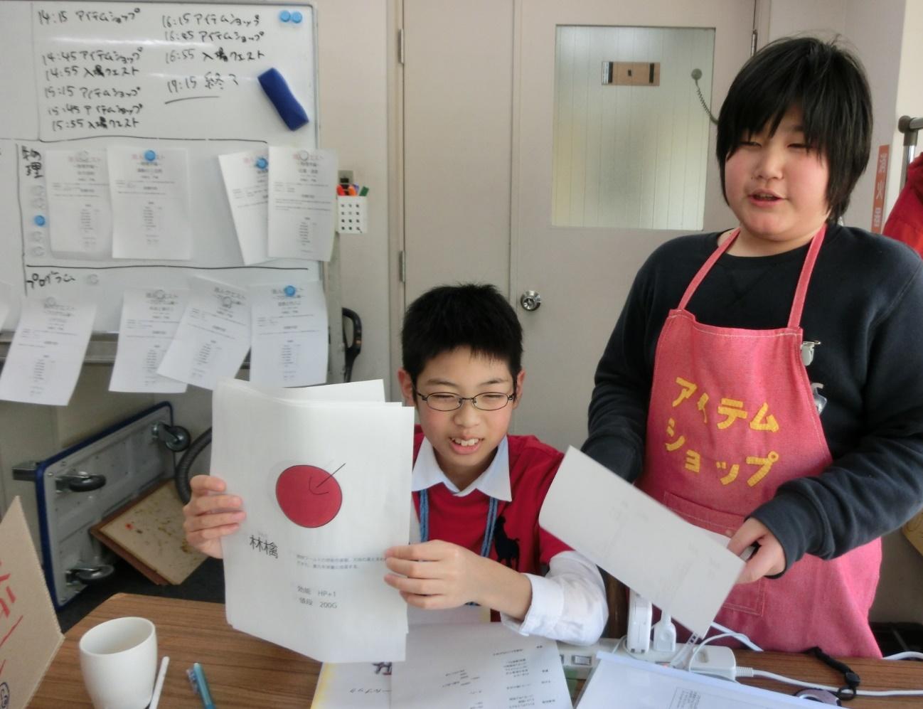 【写真7】ゲームのなかでアイテムショップの手伝いをする参加者