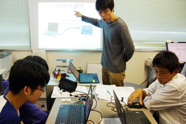 【写真2】電子工作で世界標準のマイコンボード「Arduino」の使い方を学ぶ生徒たち