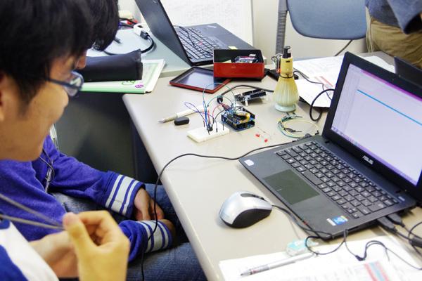 【写真3】アナログ信号をデジタル信号に変換するプログラミング体験の様子