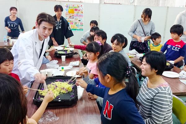 【写真3】「『色が変わる?』麺のふしぎ!カラフル麺をつくってみよう」(マルニ食品株式会社)