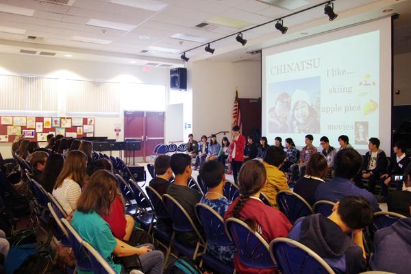 【写真5】RSAの生徒たちの前で自己紹介する日本の高校生たち