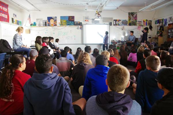 【写真8】RSAの生徒たちに東北大での研究を発表する高校生