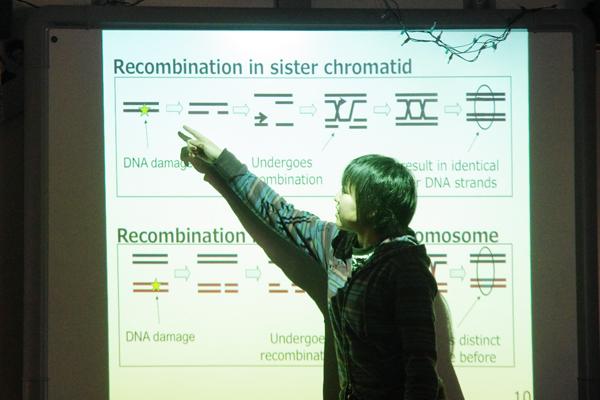 【写真9】英語での質疑応答に挑戦する日本の高校生