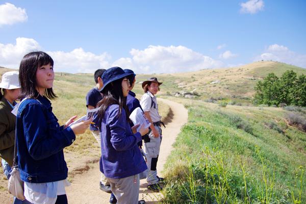 【写真11】RSAの生徒たちによるリードにより、RSA近くにある自然公園Sycamore Canyonで市民科学に参加