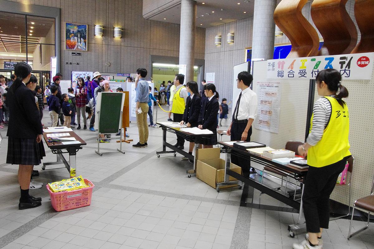多賀城高等学校の生徒らも受付案内のボランティアを昨年度に続いて手伝っていました。
